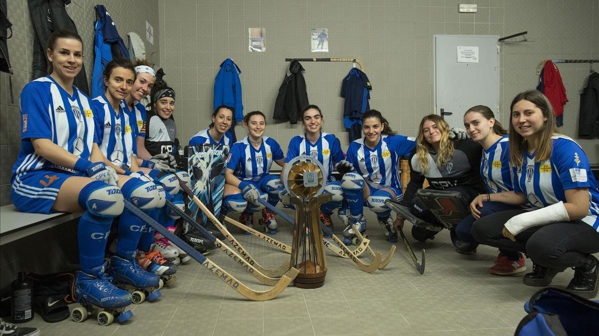 Las jugadoras del Voltregà, reunidas en el vestuario alrededor de la Copa de Europa.