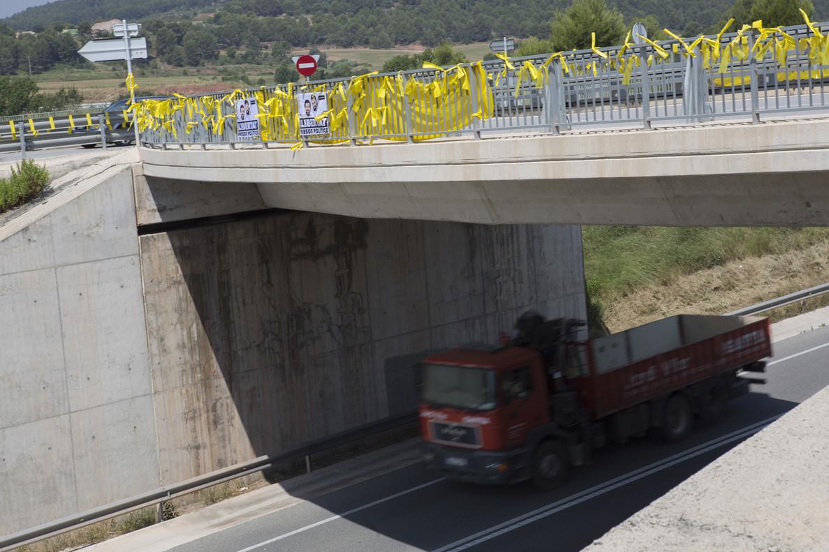 Lazos amarillos en una carretera catalana.