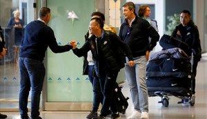 Miembros del equipo del Wuhan Zall con su entrenador, el español José González, a la llegada a Málaga