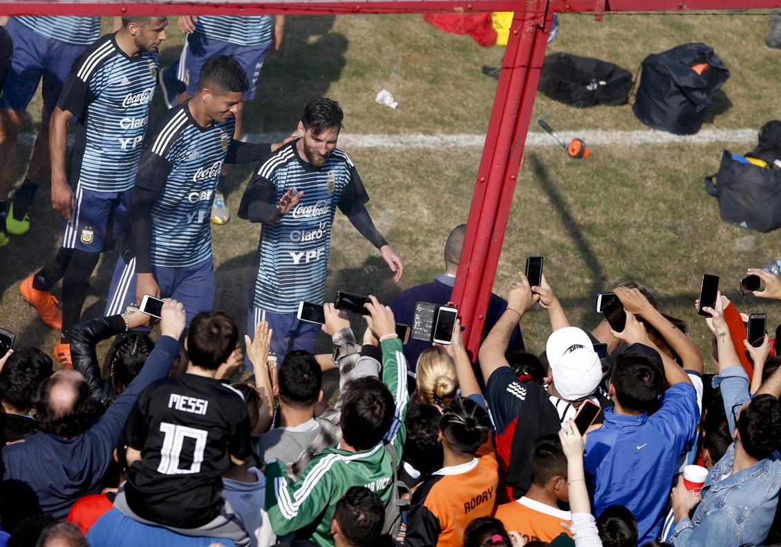 Messi, junto a sus compañeros, es aclamado en el entrenamiento a puertas abiertas de Argentina.