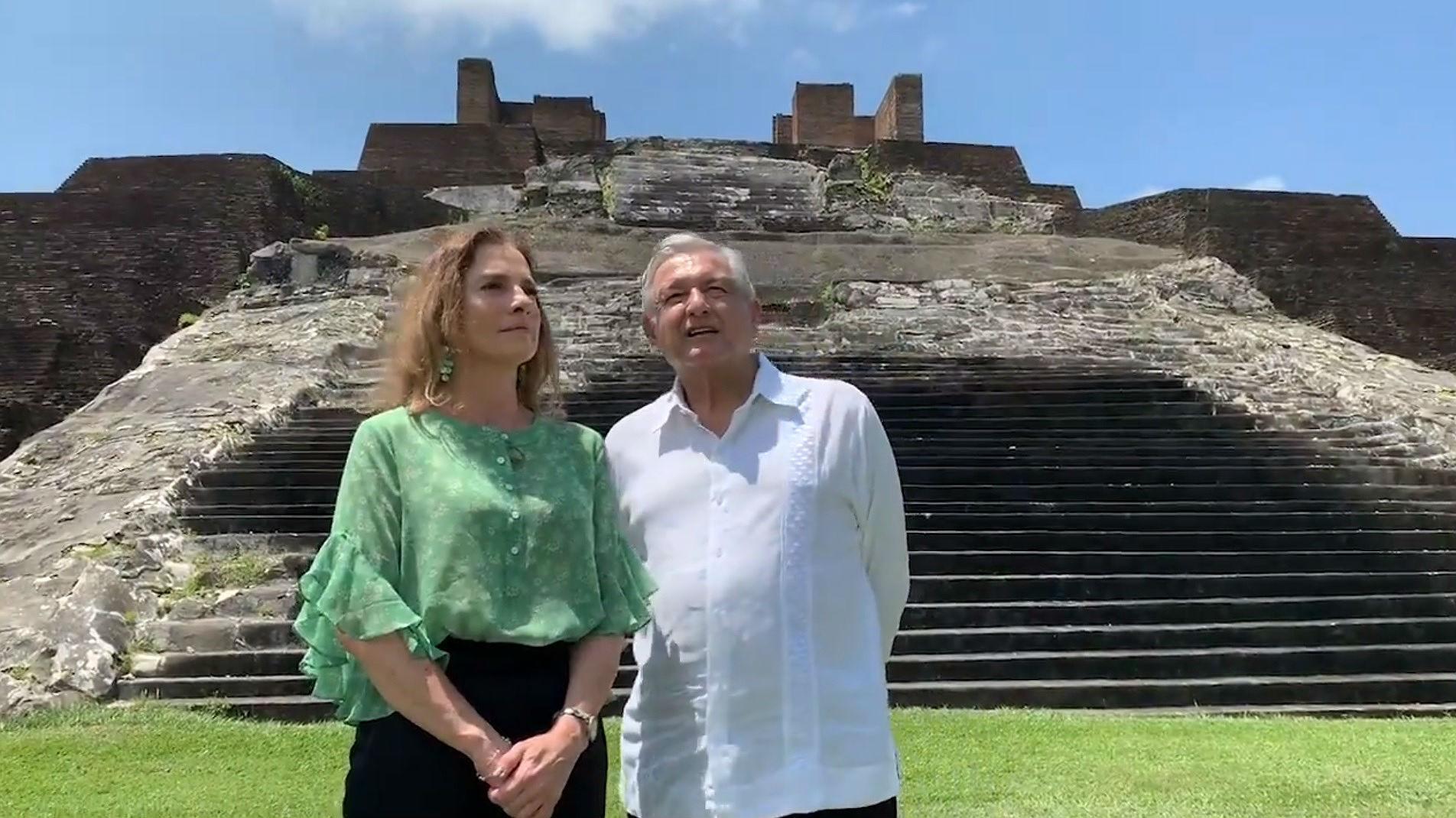 Fragmento del vídeo en el que López Obrador, junto a su mujer, explica que ha escrito al rey de España para que se disculpe por los abusos de la conquista
