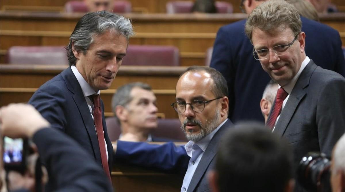 Los diputados del PDECat Carles Campuzano y Ferran Bel hablan con el ministrio de Fomento antes de la votación en el Congreso.