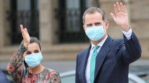 El rey Felipe VI y la reina Letizia saludan a un grupo de ciudadanos durante su visita a Bilbao