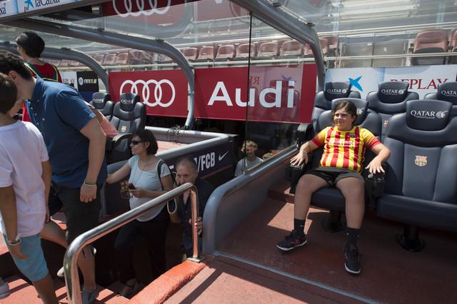 Los socios del Barça han tenido la oportunidad de poder sentarse en el banquillo del Camp Nou.