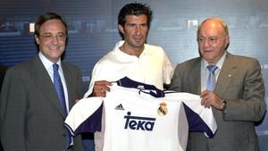 Figo, custodiado por Florentino Pérez y Alfredo Di Stéfano, cuando abandonó el Barça.
