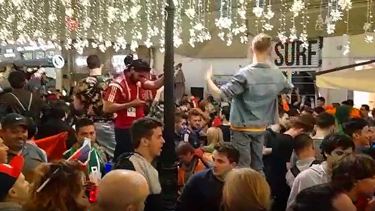 La Macarena suena en el centro del Moscú en plena fiestade los aficionados.