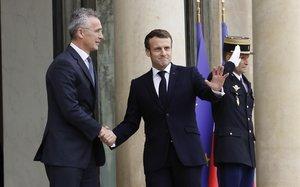Macron recibe a Stoltenberg en el Palacio del Elíseo en París.