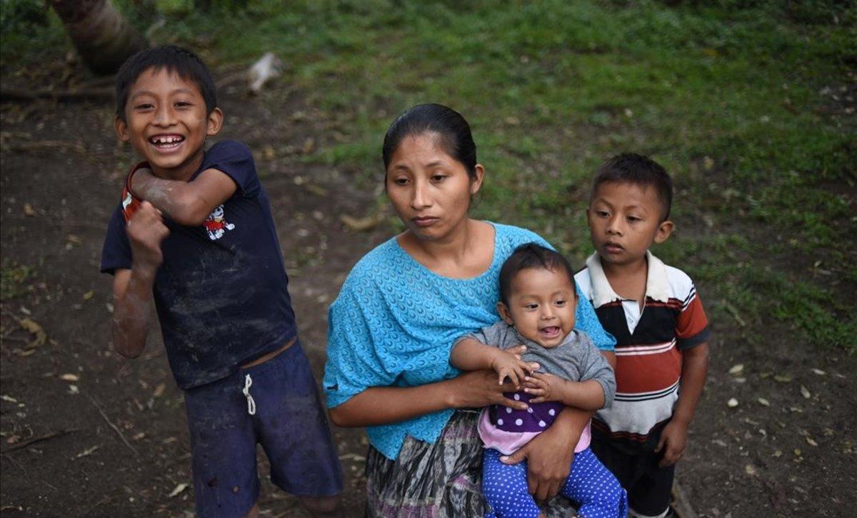 La madre y los hermanos de Jakelin Caal, la niña fallecida tras cruzar la frontera de EEUU, en San Antonio Seacortez (Guatemala).