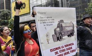Manifestantes protestan contra el Gobierno colombiano, este miércoles, durante la manifestación de la huelga general, en Bogotá.