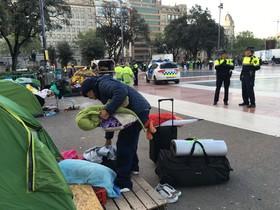 Desalojo de los acampados en plaza de Catalunya.