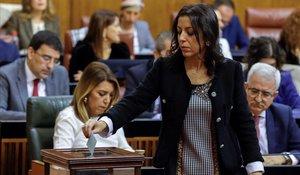 Marta Bosquet, diputada de Cs, nueva presidenta del Parlamento de Andalucía, vota, con Susana Díaz, al fondo.