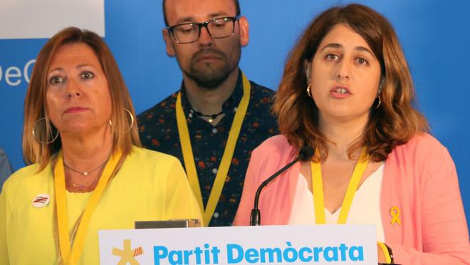Marta Pascal (derecha) presenta su renuncia en el congreso del PDECat de este sábado, junto a David Font y Montserrat Candini.
