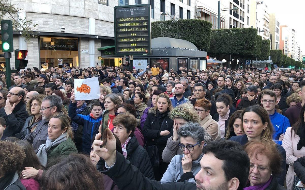 Más de 12.000 almerienses guardan cinco minutos de silencio en recuerdo de Gabriel Cruz.