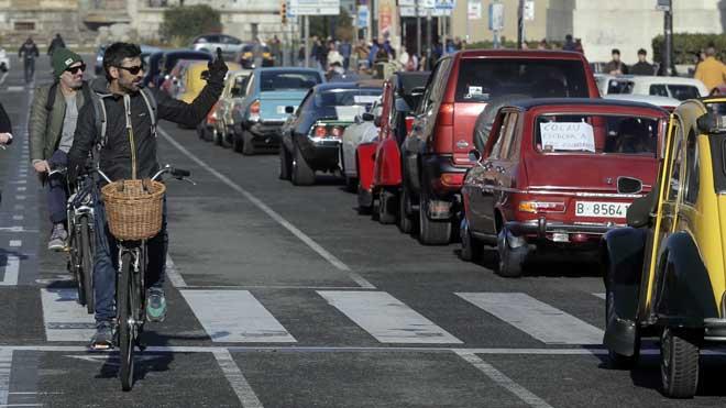 Más de un centenar de coches históricos se movilizan en Barcelona contra la ZBE.