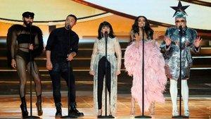 Conchita Wurst, de Austria;Mans Zelmerlow, de Suecia;Gali Atari, de Israel;Eleni Foureira, de Grecia,y Verka Serdyuchka, de Ucrania, durante su actuación en la final de Eurovisión 2019.