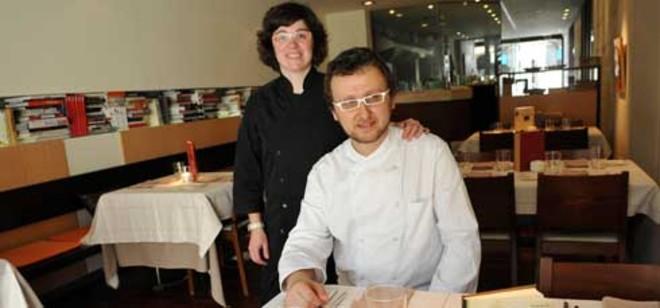 Meritxell Caballé y Mirko Carturan, de oficio, cocinero, en su restaurante de Caldes de Montbui. Foto: ANNA MAS