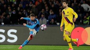 Mertens en el disparo del primer gol ante el Barcelona