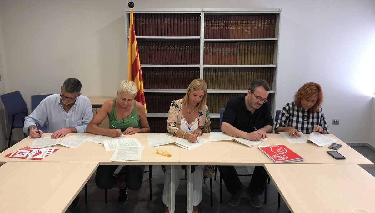 La secertaria deAdministració i Funció Pública de la Generalitat,Annabel Marcos (centro), firmando con los sindicatos nuevas condiciones laborales para los funcionarios catalanes.