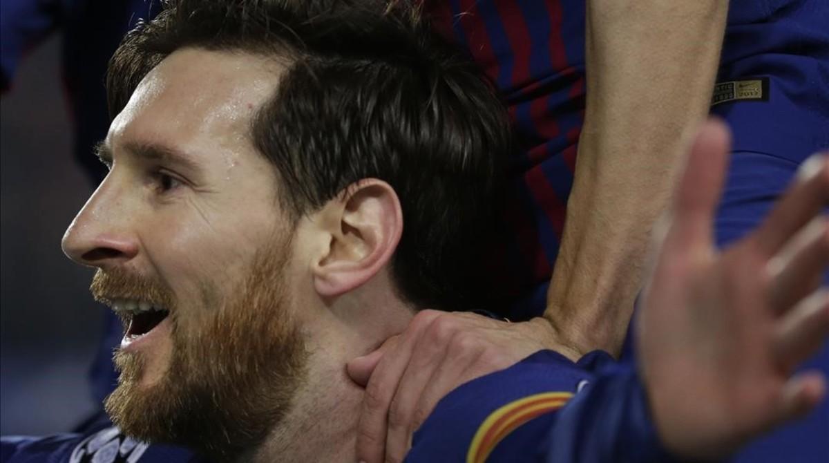 Messi celebra con el público del Camp Nou el segundo gol al Chelsea.