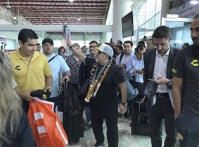 Maradona llega a México para dirigir a los Dorados de Sinaloa, un equipo de segunda división.