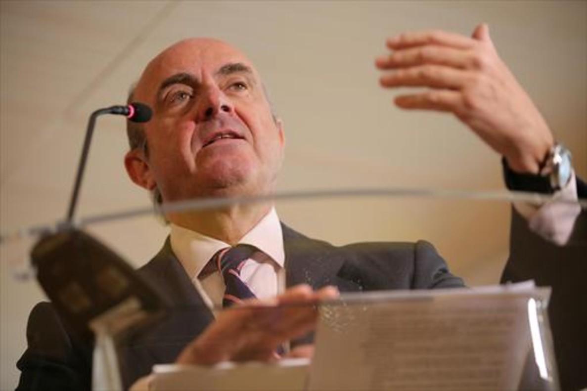 El ministro de Economía, Luis de Guindos, durante la rueda de prensa del miércoles.