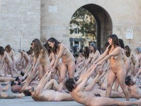 Tunick desnuda a 1.300 personas en València por los derechos de la mujer