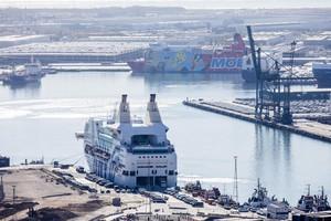 El Moby Dada, uno de los tres cruceros que han alojado policías en el puerto de Barcelona.