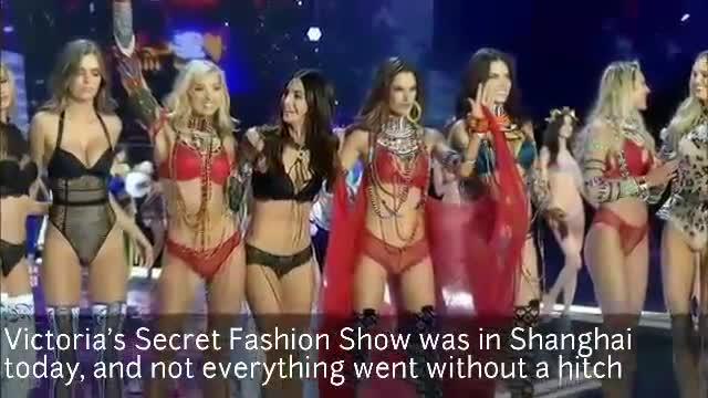 La model Ming Xi cau en meitat de la seva desfilada per a Victoria's Secret, ahir.
