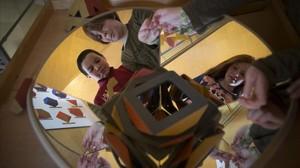 Unos niños juegan con el generador de poliedros en el Museu de les Matemàtiques de Catalunya.