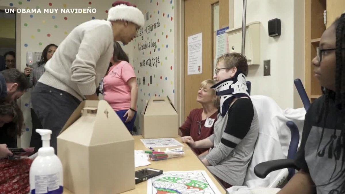 Barack Obama entregó regalos de Navidad a niños enfermos de un hospital de Washington, a los que visitó vestido con un gorro de Papa Noel y cargado con un saco lleno de paquetes.