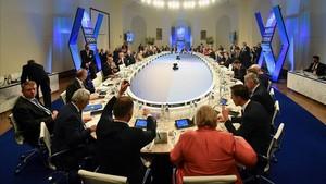 Vista general de la cena celebrada durante la cumbre de jefes de estado de la OTAN en Bruselas.