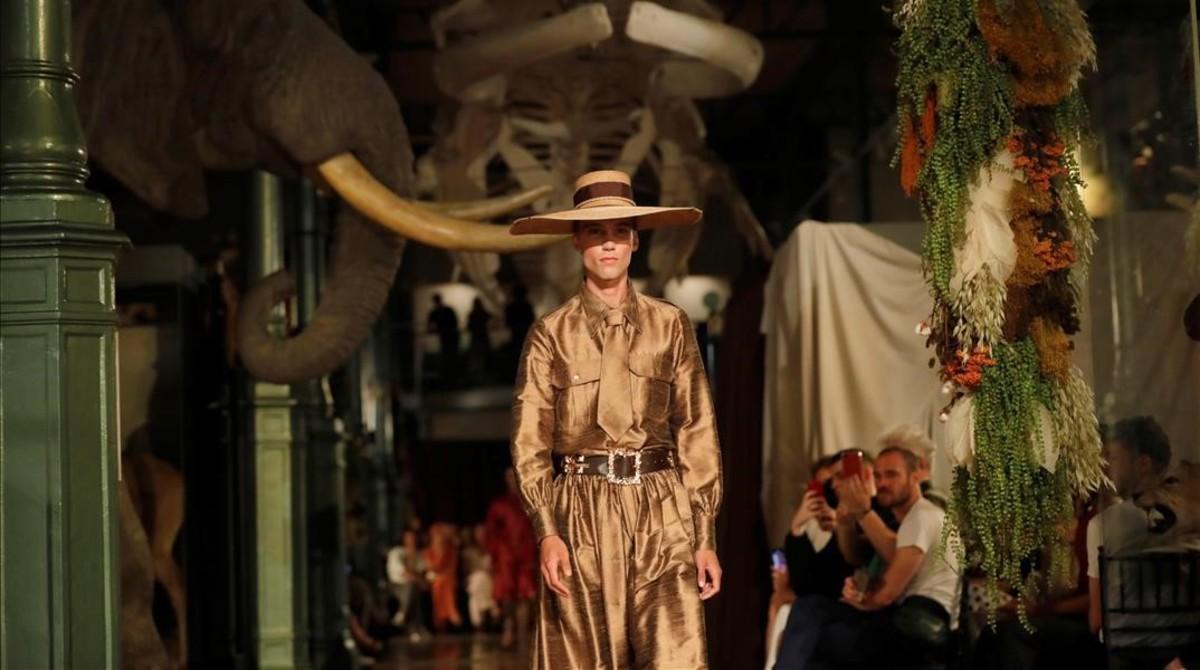 Un modelo luce un diseño de Palomo Spain en el desfile de la 68º edicion de la pasarela Mercedes-Benz Fashion Week Madrid, que ha tenido lugar en el Museo de Ciencias Naturales.