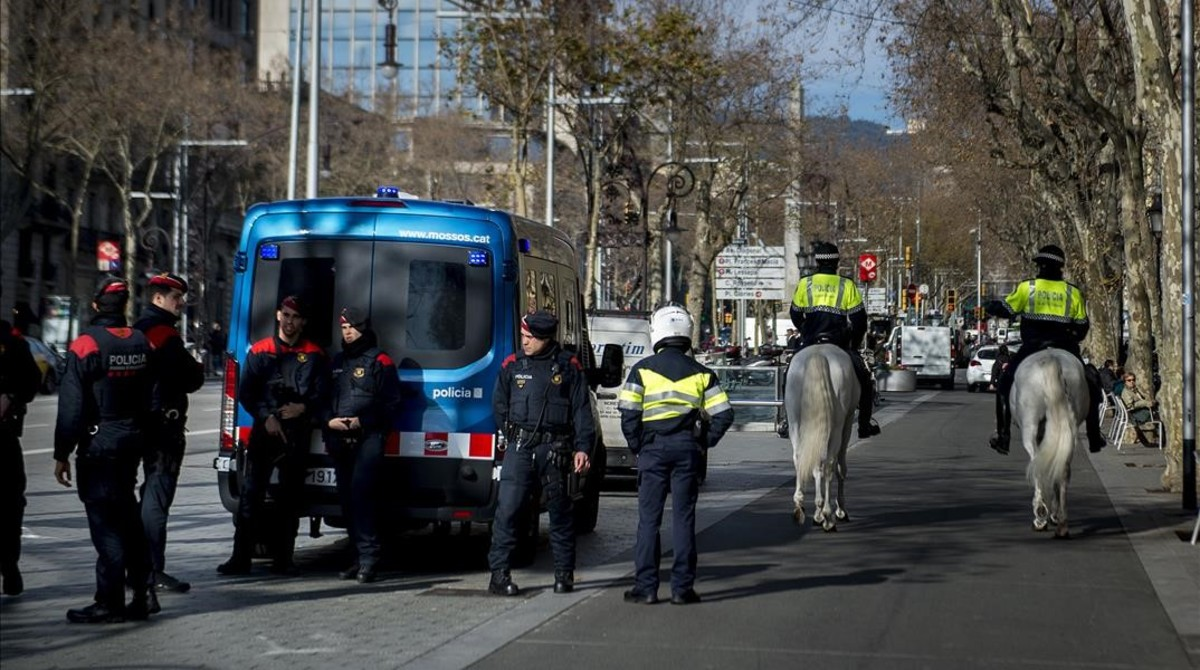 Patrullas de Mossos y de la Guardia Urbana en la confluencia del paseo de Gràcia con Provença.