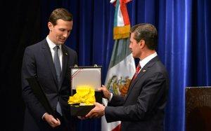 En su último día de gobierno,Peña Nieto condecoró a a Kushner en Buenos Aires.