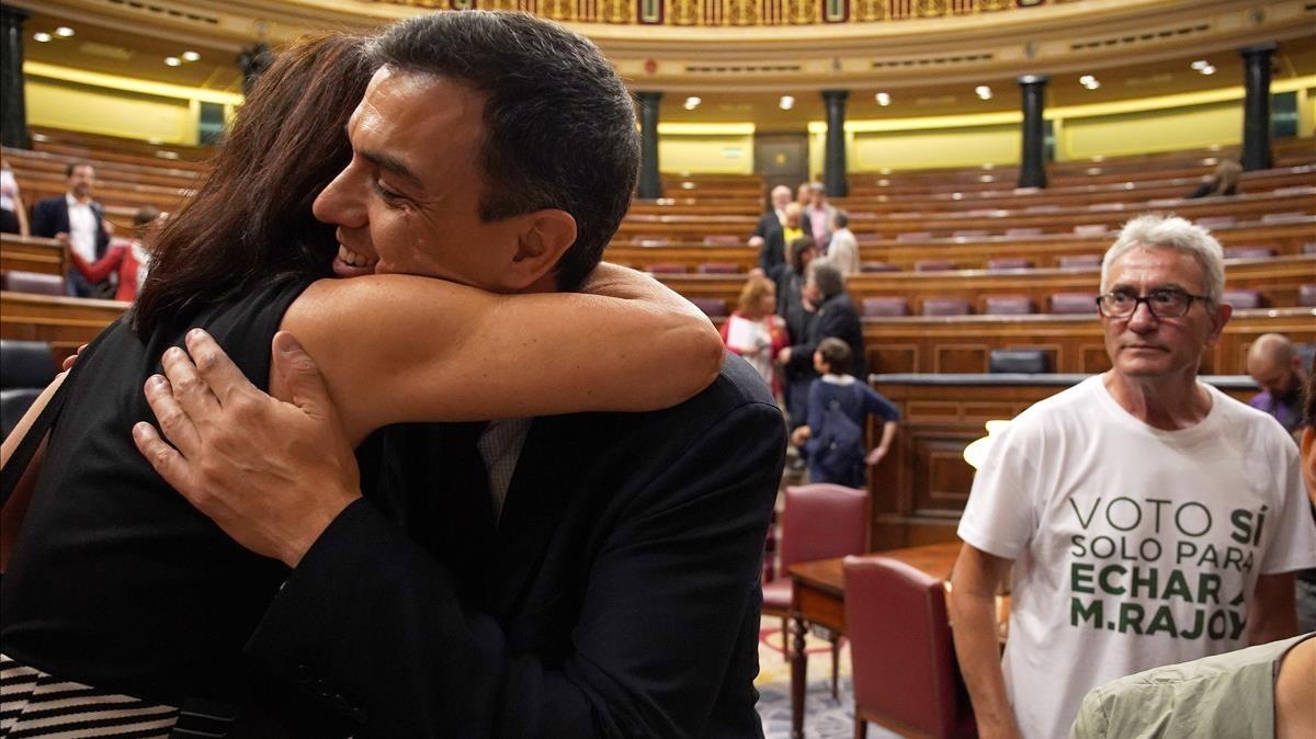 Pedro Sánchez siendo felicitado por una diputada socialista.