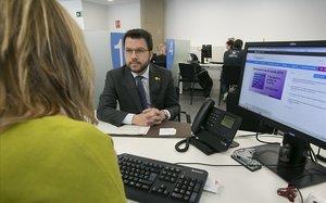 Aragonès ante la funcionaria que le ha hecho la declaración.
