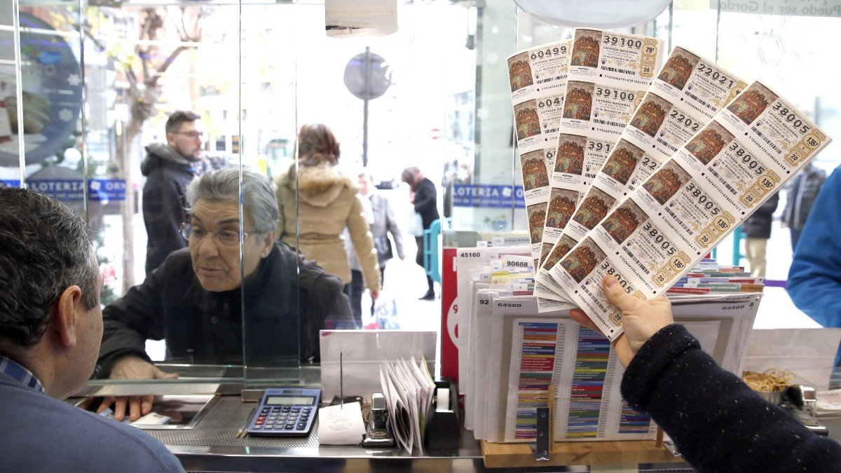 Persona comprando en una administración de lotería.