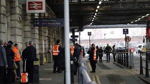 Personal de seguridad en la entrada de la estación de Waterloo, en Londres.