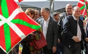 GRAF3869. BILBAO (ESPAÑA), 01/04/2018.- El PNV ha celebrado hoy el Aberri Eguna (día de la patria) con un acto público en la Plaza Nueva de Bilbao, bajo el lema 'Gure etorkizuna, gure aberria' (Nuestro futuro, nuestra patria), en el que han intervenido el presidente del partido, Andoni Ortuzar (d), y el lehendakari, Iñigo Urkullu (i). EFE/MIGUEL TOÑA