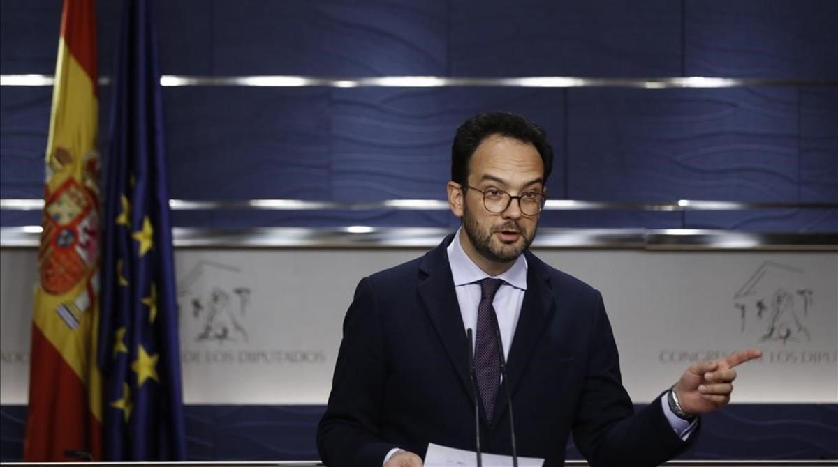 El portavoz socialista, Antonio Hernando, en rueda de prensa en el Congreso.