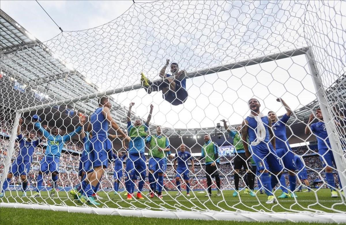 El portero italiano Gianluigi Buffon en el centro y sus compañeros celebran el final del partido frente a España.