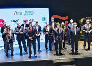 Algunos de los galardonados en los Premios Nacionales de Hostelería 2020, con los premios que han recibido este miércoles.