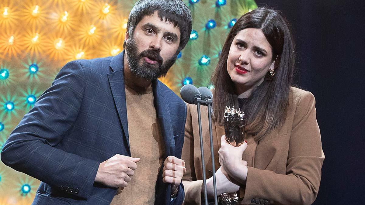 Belén Funes y Marçal Cebrián, con el Premi Gaudí al mejor guion por 'La hija de un ladrón'.