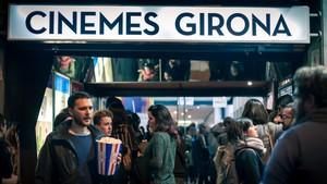 Público entradno a una sesión de Cinemes Girona.