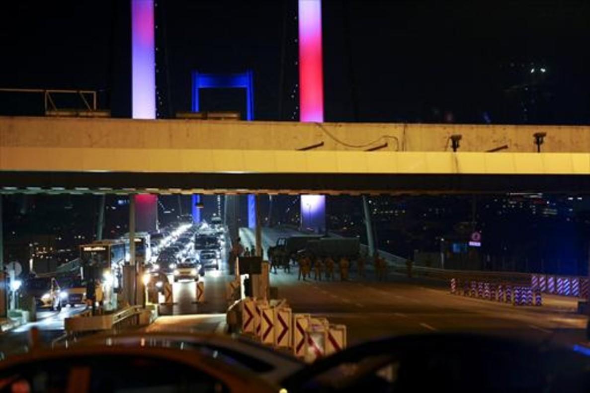El puente del Bósforo, cortado por los militares, durante el golpe de Estado, anoche.