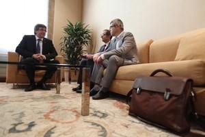 Carles Puigdemont recibe a los responsables de Societat Civil Catalana, Rafael Arenas y Joaquim Coll, en el Palau de la Generalitat.