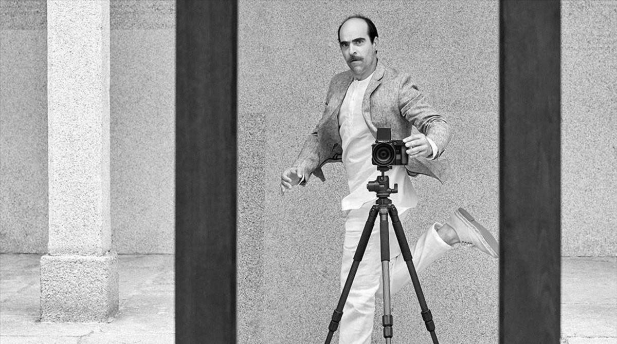 Luis Tosar se autoretrata para anunciar la nueva colección de Adolfo Domínguez.