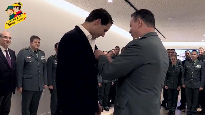 Rafa Nadal recibe la Cruz de Plata al mérito de la Guardia Civil.