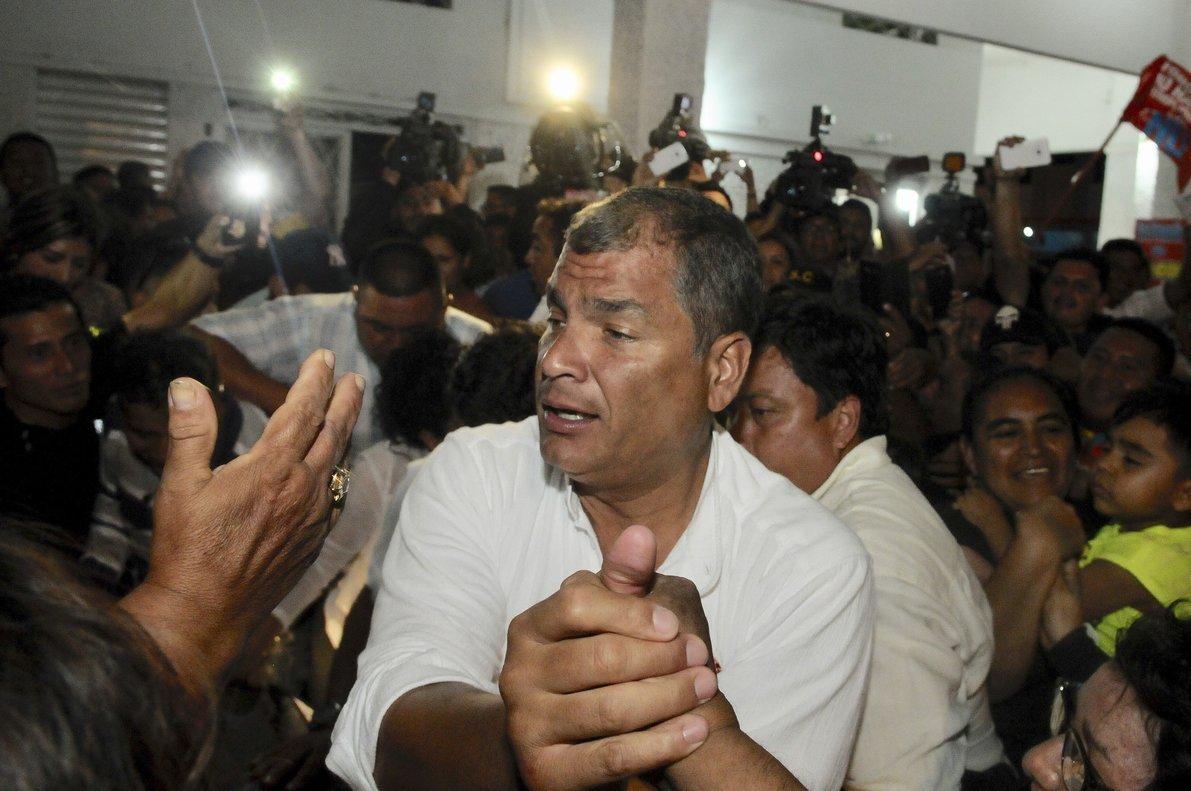 Llaman a juicio al ex presidente Correa en un caso de sobornos