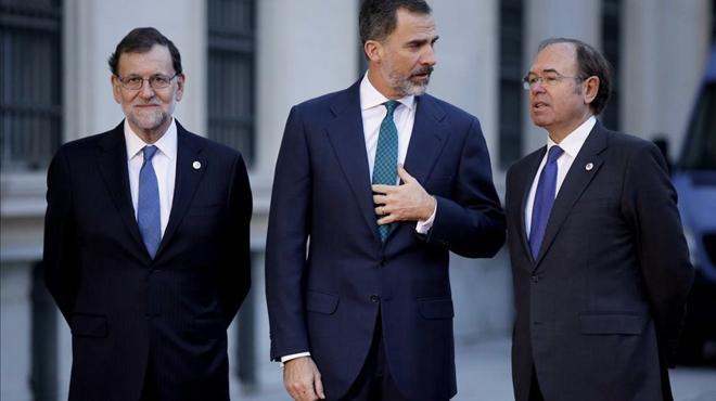 Mariano Rajoy, con el Rey y el presidente del Senado, Pío García-Escudero, este martes en Madrid.